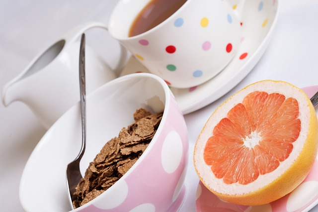 Co jeść, kiedy karmi się piersią? Lista produktów zalecanych i niepolecanych dla matek karmiących