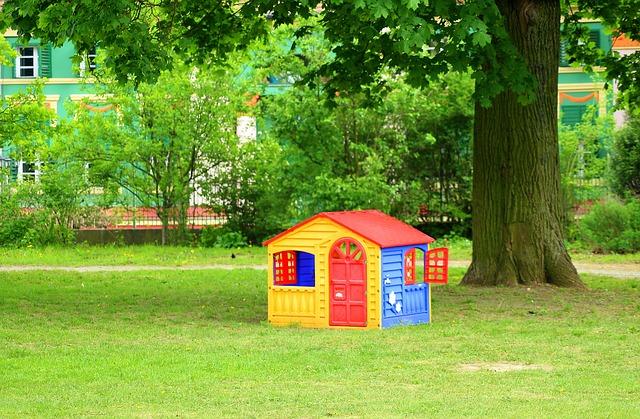 Jaki domek ogrodowy dla dzieci – drewniany czy plastikowy? Rodzaje, ceny, gdzie kupić domek dla dzieci?