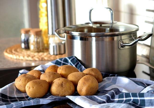 Garnek i ziemniaki na serwetce
