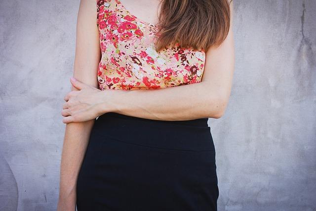 Jakie sukienki wyszczuplają brzuch? Pomysłowe triki maskujące brzuszek
