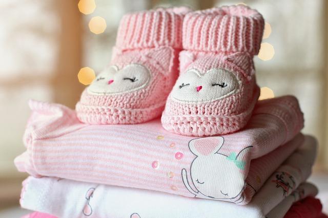 Jakie ubranka dla niemowlaka? Co kupić małemu dziecku i ile?