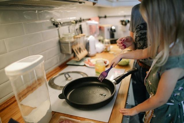 Dziewczyna gotująca z mamą w kuchni