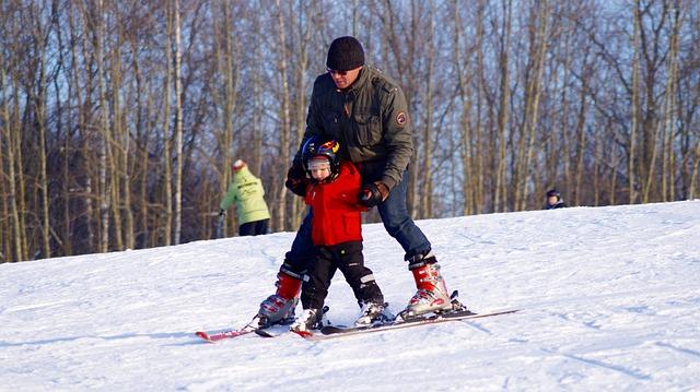 Dziecko uczy się jazdy na nartach