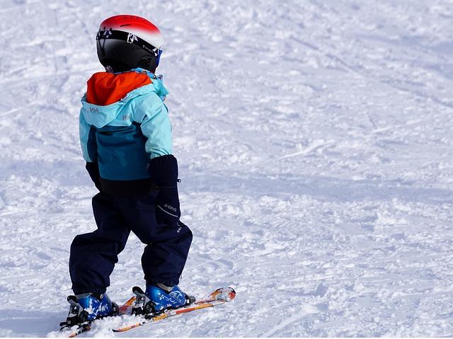 Małe dziecko na stoku narciarskim