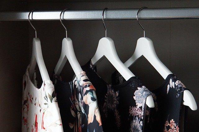 Porządek w garderobie, szafie: pomysły, triki